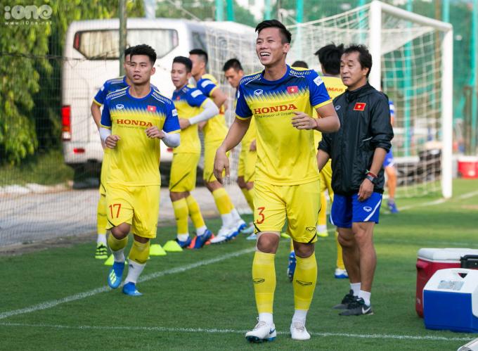 <p> Sau màn khởi động, các cầu thủ (trừ các cầu thủ Hà Nội FC) bước vào bài tập chính. Ở bài tập này,Quế Ngọc Hải xung phong làm mẫu trong sự cổ vũ của đồng đội.</p>