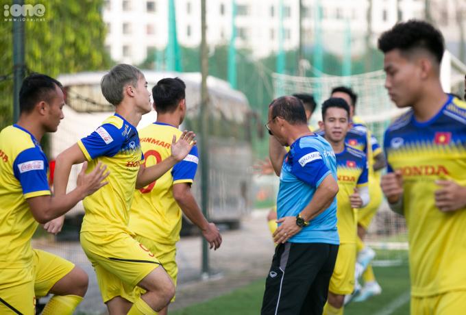 <p> Thầy Park theo dõi các cầu thủ sát sao hơn sau khi rút gọn danh sách. Ông thầy người Hàn Quốc liên tục di chuyển đến khu vực tập luyện, yêu cầu mọi người cần thực hiện dứt khoát các động tác mà HLV đưa ra.</p>