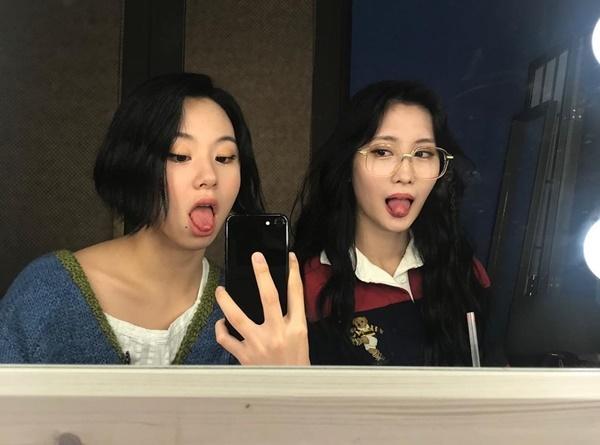 Chae Young (trái) và Momo tạo thành bộ đôi nhí nhố, liên tục pose hình với biểu cảm hài hước.
