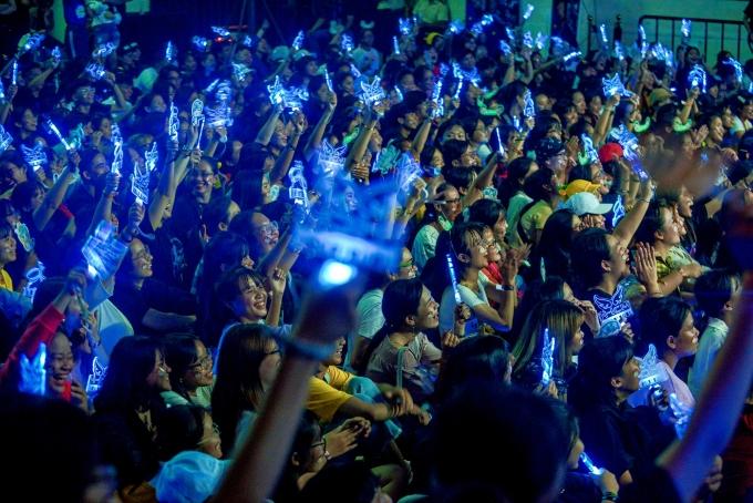 <p> Hàng trăm fan mang theo nhiều đạo cụ để cổ vũ. Họ cùng hòa nhịp, hát theo từng ca khúc hit của thần tượng.</p>