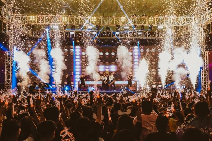 """<p> Từ đầu giờ chiều, đông đảo fan đã có mặt tại Nhà thi đấu Vân Đồn, TP HCM để giao lưu với thần tượng. Đêm nhạc chính thức của hai nam ca sĩ trẻ bắt đầu từ 19h. Sân khấu như """"nổ tung"""" với pháo sáng và tiếng reo hò lớn của fan khiK-ICM và Jack xuất hiện.</p>"""