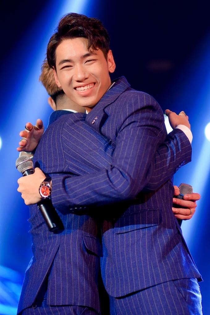<p> Hai chàng trai ôm nhau, hứa phấn đấu, mang đến cho khán giả những sản phẩm hay hơn.</p>