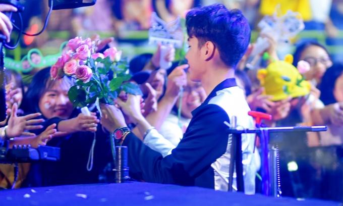 """<p> Fan """"bấn loạn"""" với màn tặng hoa bất ngờ của thần tượng.</p>"""