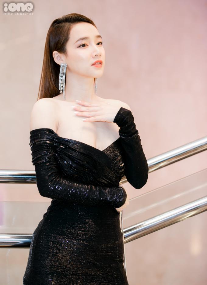 <p> Gần đây, bà xã Trường Giang rất ưa chuộng những chiếc váy trễ nải sexy. Sau khi xem show, Nhã Phương vội vàng ra sân bay.</p>