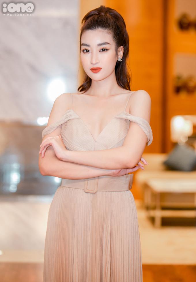 <p> Hoa hậu Việt Nam 2016 diện váy xẻ ngực sâu khoe vòng một.</p>