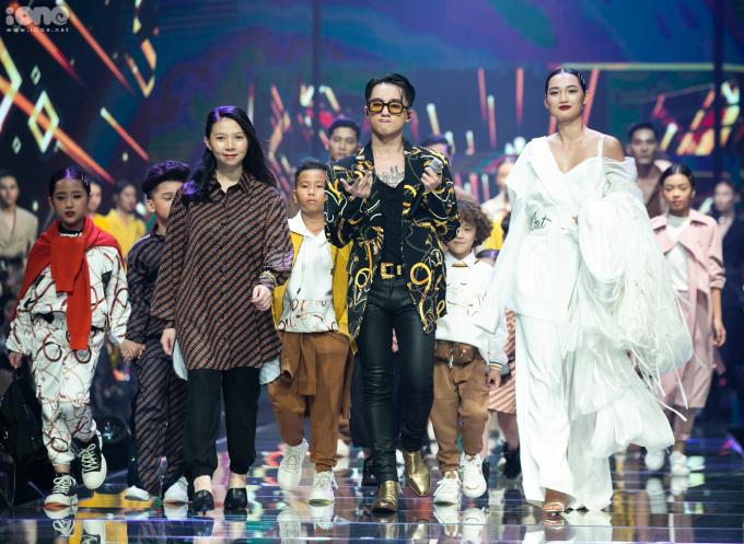 <p> Cuối show, Sơn Tùng đi hết đường băng, cùng dàn người mẫu và nhà thiết kế chào khán giả.</p>