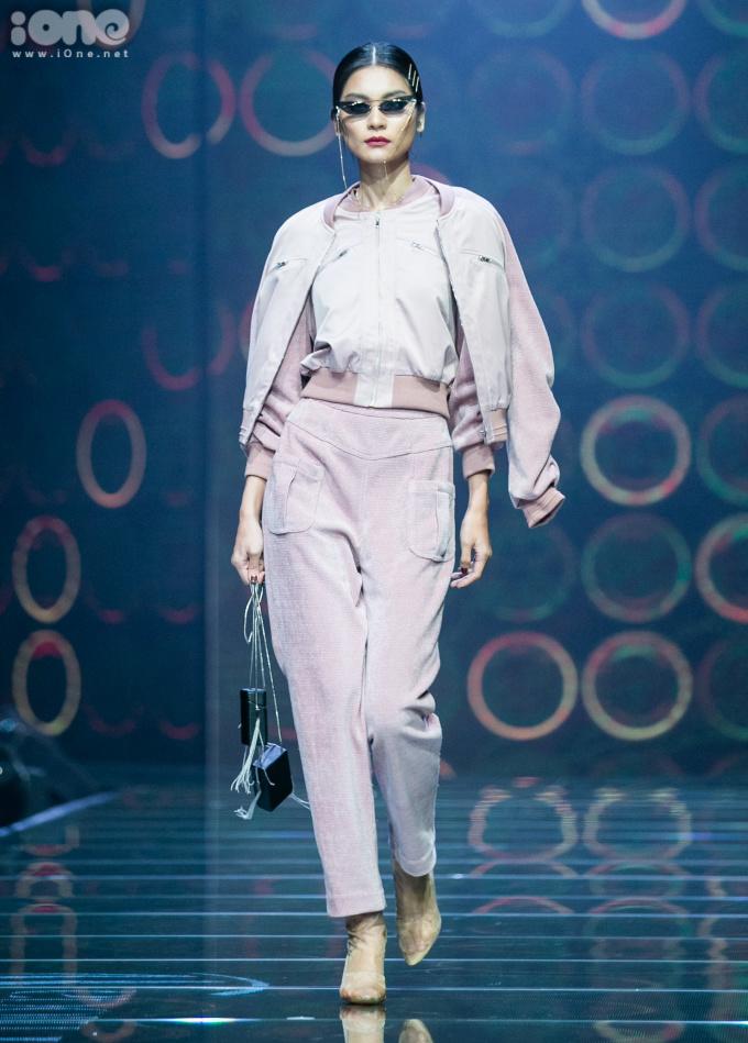 <p> Dàn người mẫu trình diễn trong show đều có tên tuổi như Mạc Trung Kiên, Kim Dung, Cao Thiên Trang, Thùy Trang, Hằng Nguyễn...</p>