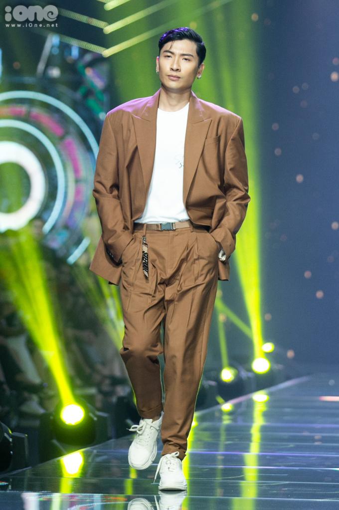 Sơn Tùng 'quẩy' sung phụ họa cho dàn mẫu catwalk