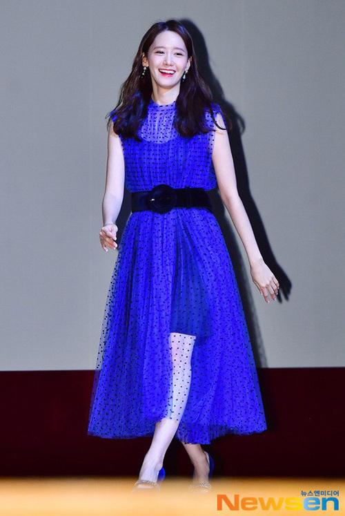 Chiếc đầm xanh với họa tiết chấm bị nổi bật giá 3.600 USD (hơn 83.6 triệu đồng) được cô nàng diện trong sự kiện quảng bá phim
