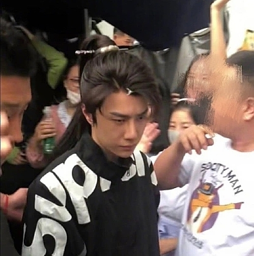 Fan vây quanh Vương Nhất Bác trên phim trường.