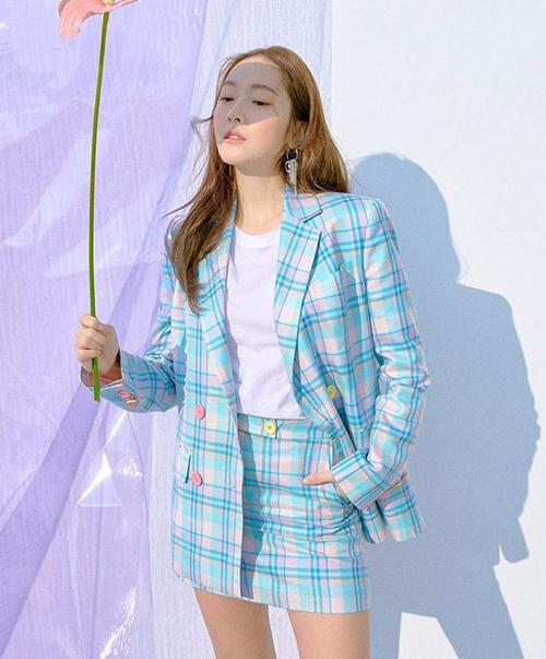 Mặc cả bộ suit nhưng Jessica không bị dừ nhờ chọn kiểu họa tiết caro đi kèm màu sắc tươi tắn.