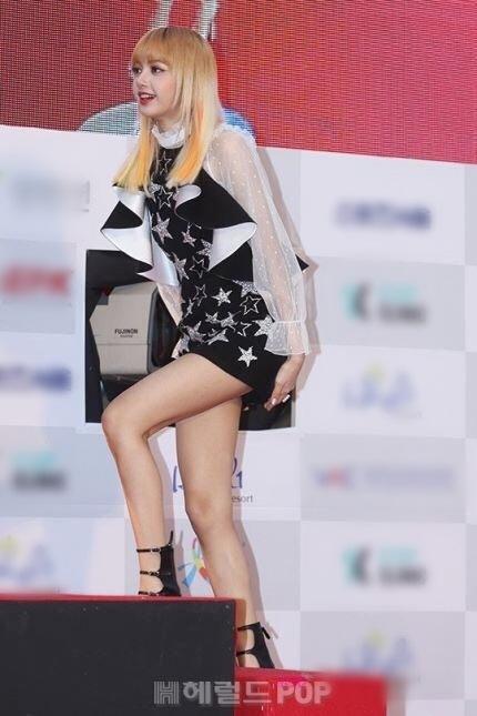 Lisa (Black Pink)từng khổ sở với chiếc váy ngắn tại Seoul Music Awards 2017.
