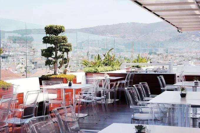 <p> Ngay sát bể bơi là nhà hàng cùng Sky Bar trên nóc khách sạn có view hướng biển và núi. Thực đơn của nhà hàng mang phong vị ẩm thực Địa Trung Hải.</p>