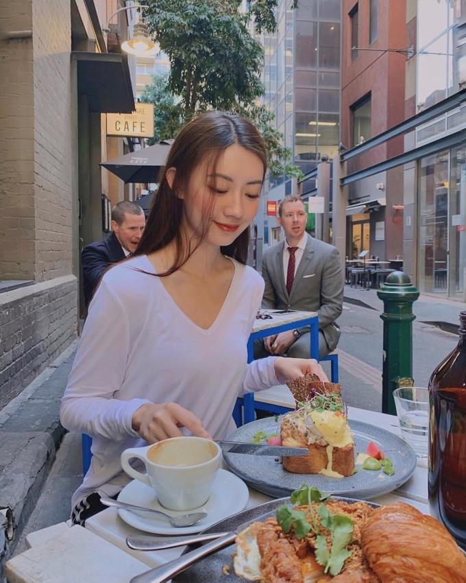 <p> Trên trang cá nhân, cô thường xuyên đăng tải hình ảnh đi chơi, ăn uống cùng bạn bè. Cô có khoảng 11 nghìn người theo dõi trên mạng xã hội.</p>