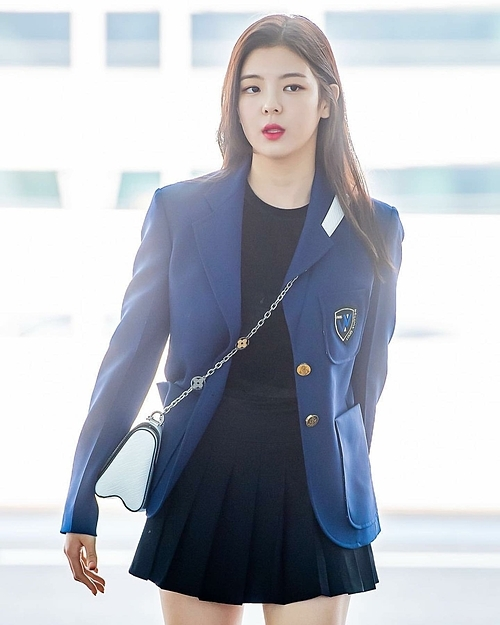 Lia (ITZY) trông như cô nữ sinh khi mặc blazer cùng chân váy tennis skirt. Chiếc túi đeo chéo hoàn thiện phong cách năng động, xinh yêu.