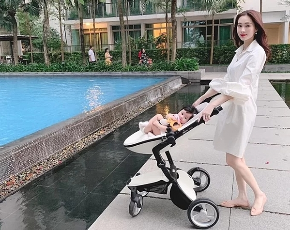 Bé Sophie thừa hưởng nhiều nét đẹp của cả bố và mẹ. Thu Thảo cho biết, cô muốn tự tay chăm sóc con, đưa bé đi dạo xung quanh mỗi khi rảnh rỗi.