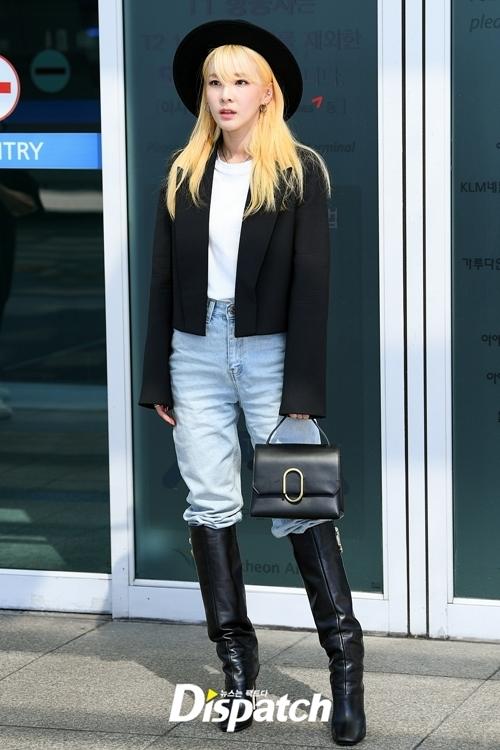 Năm nay, mốt blazer ngắn ngang eo như Dara đang lên ngôi. Kiểu áo này không chỉ giúp Dara trông cao ráo hơn mà còn có vẻ ngoài rất ngầu.