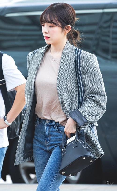 Irene cũng chọn dáng áo blazer suông, không chiết eo để tạo vẻ trẻ trung. Phía trong, người đẹp diện cùng áo thun, quần jeans cơ bản.