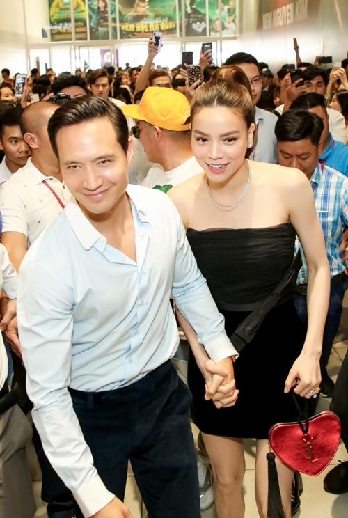 Kim Lý nắm tay Hà Hồ vượt khỏi vòng vây của người hâm mộ.
