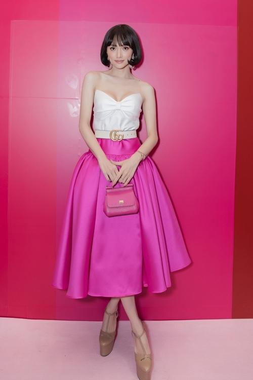 Hoa hậu Hương Giang chọn áocúp ngực mix cùng chân váy hồng toát lên vẻngọt ngào. Đặc biệt, mái tóc mới khiến cô được nhận xét như một búp bê đáng yêu.