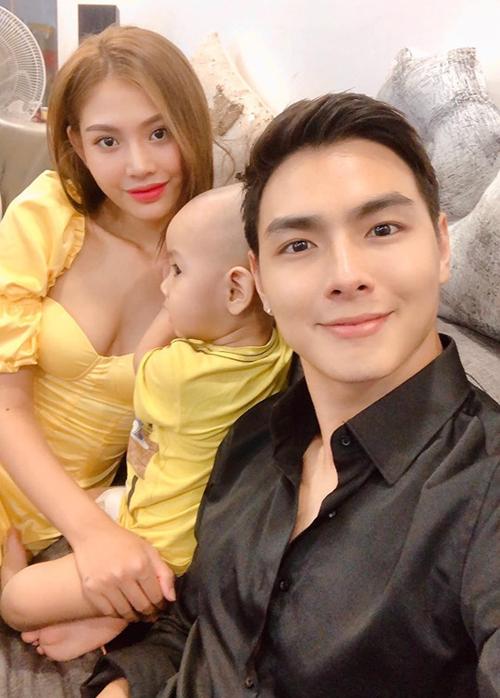 Jay Quân hờn dỗi vì bà xã Chúng Huyền Thanh và con trai rủ nhau mặc đồ tông xuyệt tông, bỏ rơi anh mặc đồ đen một mình.