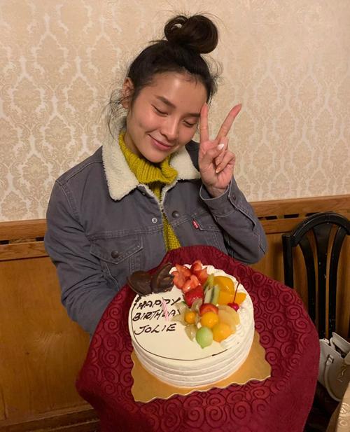 Phương Trinh để mặt mộc đón sinh nhật cùng bạn bè ở Vancouver, Canada.