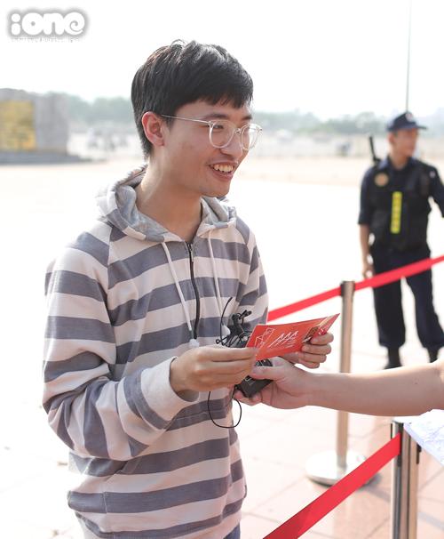 Đặng Minh Trí là khán giả đầu tiên đến xếp hàng lúc 2h sáng. Bạn được BTC tặng 1 album có chữ ký của LOONA và 1 vé S-VIP+ thảm đỏ.