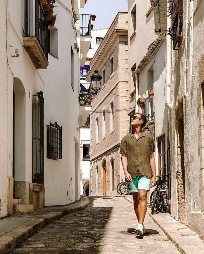<p> Du khách chỉ cần đi bộ khoảng 10 phút ra nhà ga, đi tàu 35 km sẽ tới Barcelona. Sitges vốn là thị trấn được mô tả như thiên đường biển tuyệt đẹp, có lễ hội Carnival nổi tiếng thế giới.</p>