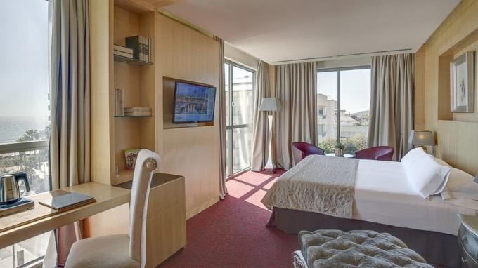 <p> Khách sạn gồm 6 tầng, với tổng cộng 77 phòng ngủ.</p>