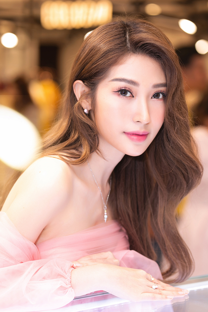 """<p> Cách make up """"sương sương"""" giúp Khổng Tú Quỳnh cũng khiến cô trở nên sắc nét.</p>"""