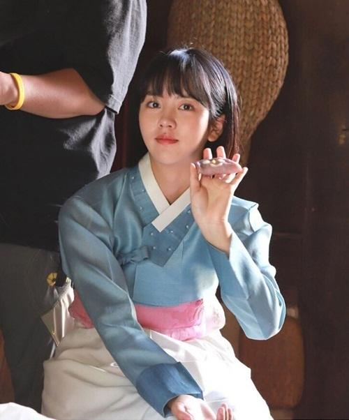 Kim So Hyun có tạo hình tóc ngắn xinh xắn trong bộ đồ hanbok. Cô nàng đang tham gia drama Tale of Nokdu.
