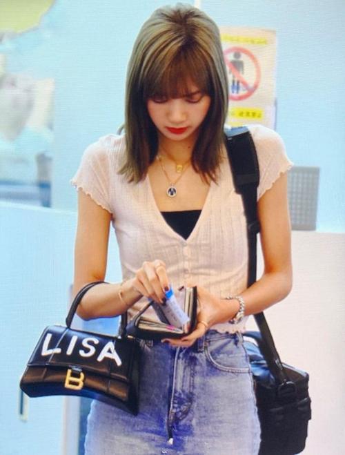 Chiếc túi của Ngọc Trinh khiến nhiều người nhớ đến hình ảnh của Lisa tại sân bay. Thành viên Black Pink là một trong những sao đầu tiên trên thế giới được Balenciaga gửi tặng chiếc túi ghi tên riêng độc nhất vô nhị.