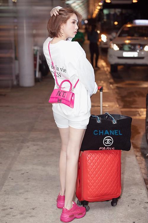 Không dễ để Ngọc Trinh sở hữu một thiết kế túi độc nhất vô nhị này. Ngoài việc cô phải chi số tiền là 1.490 USD (khoảng 35 triệu đồng), người đẹp còn tốn nhiều công sức để được chính nghệ nhân của hãng độ tên riêng lên túi.