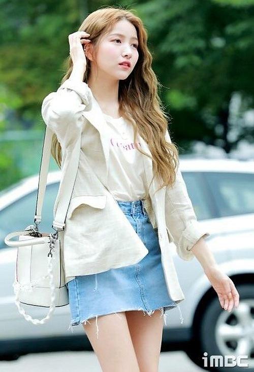Blazer chất liệu linen được nhiều cô gái yêu thích năm nay vì vừa mỏng nhẹ hợp thời tiết se lạnh, vừa phóng khoáng hơn khi kết hợp đồ. So Won (GFriend) diện blazer cùng chân váy jeans.