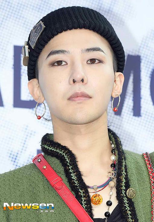 G-Dragon (Big Bang) xếp thứ hai trong danh sách. Mặc dù đang thực hiện nghĩa vụ quân sự, nam ca sĩ sinh năm 1988 vẫn được fan Trung Quốc quan tâm.