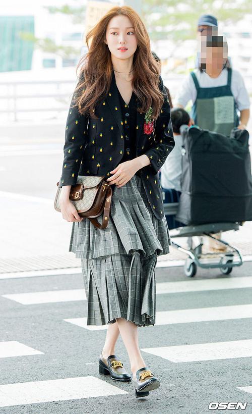 Lee Sung Kyung ngọt ngào ra sân bay với vest họa tiết tươi trẻ, kết hợp chân váy xếp tầng phá cách.