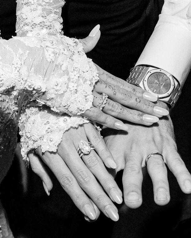 <p> Cặp đôi khoe nhẫn cưới và nhẫn đính hôn gắn kim cương hoành tráng. Nhẫn đính hôn ước tính trị giá 500.000 USD, nhẫn cưới gắn khung kim cương 18 carat trị giá 3.125 USD.Chiếc đồng hồ vàng của hãng cao cấp Audemars Piguet mà chú rể đeo có giá 50.000 USD.</p>
