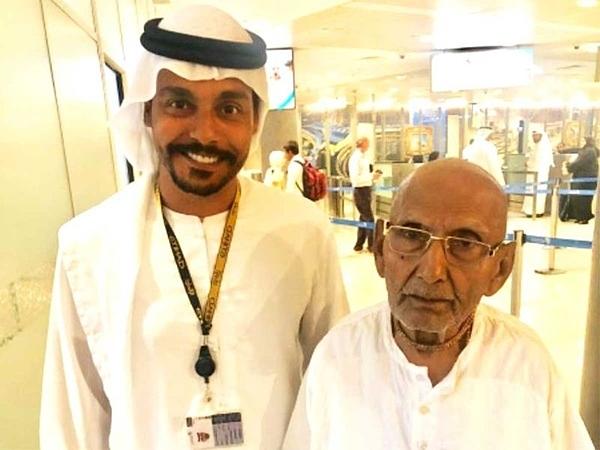 Cụ Sivananda và nhân viên hàng không ở sân bay Abu Dhabi, Dubai.