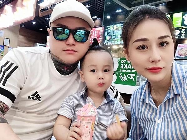Vũ Duy Khánh bên vợ cũ và con trai.