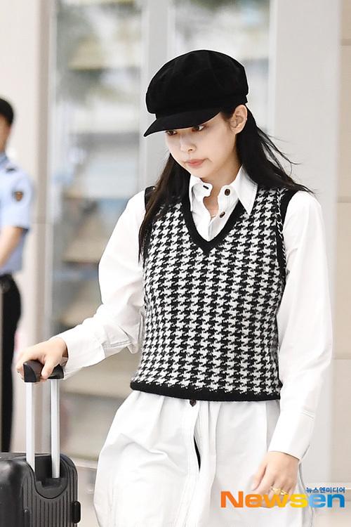 Trong suốt quãng đường ra xe, Jennie luôn cúi gằm mặt, tránh tiếp xúc với ống kính. Cô nàng thường có biểu cảm lạnh lùng, xa cách mỗi khi ra sân bay trong khi Lisa, Ji Soo lại ghi điểm bằng thái độ thân thiện, luôn nở nụ cười.