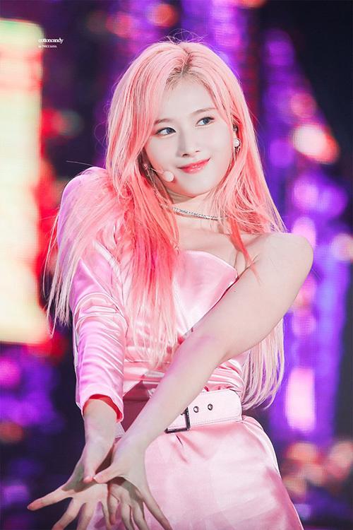 Sana cực hợp với những màu sáng, cô nàng gây thương nhớ trong đợt quảng bá mới nhất với mái tóc hồng.