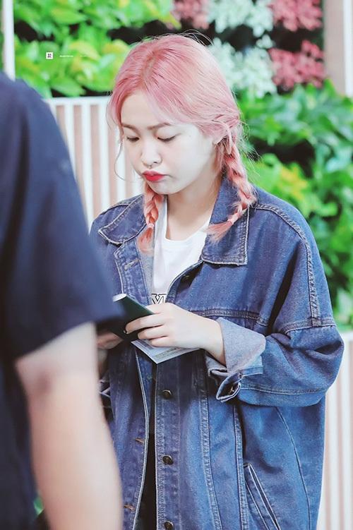 Fan thích thú khi thấy Yeri nhuộm tóc mới, điều này chứng tỏ Red Velvet chuẩn bị comeback. Em út của nhóm được so sánh với hình ảnh cây kẹo bông ngọt ngào với màu tóc hồng.