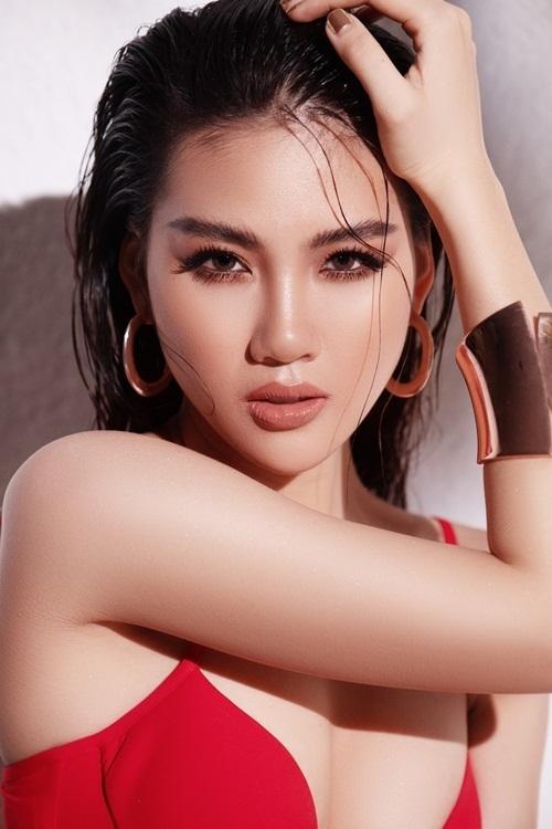 Quỳnh Hoasở hữu chiều cao 172 cm và số đo 3 vòng 90-62-90 cm.Cô diện bikini hai mảnh gam màu đỏ.