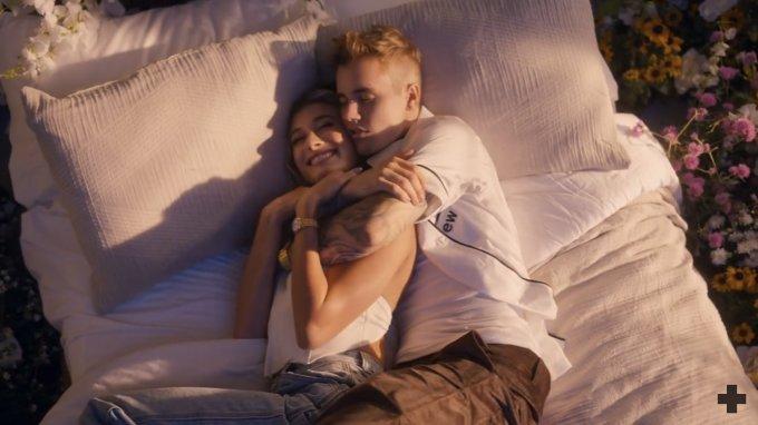 <p> Ngày 5/10, Justin Bieber phát hành MV <em>10.000 Hours</em> hợp tác cùng nhóm nhạc đồng quê Dan and Shay. Sản phẩm mang âm hưởng nhạc Country Pop do chính Justin Bieber viết lời. Đây là món quà cưới đặc biệt anh dành tặng vợ Hailey Baldwin.</p>