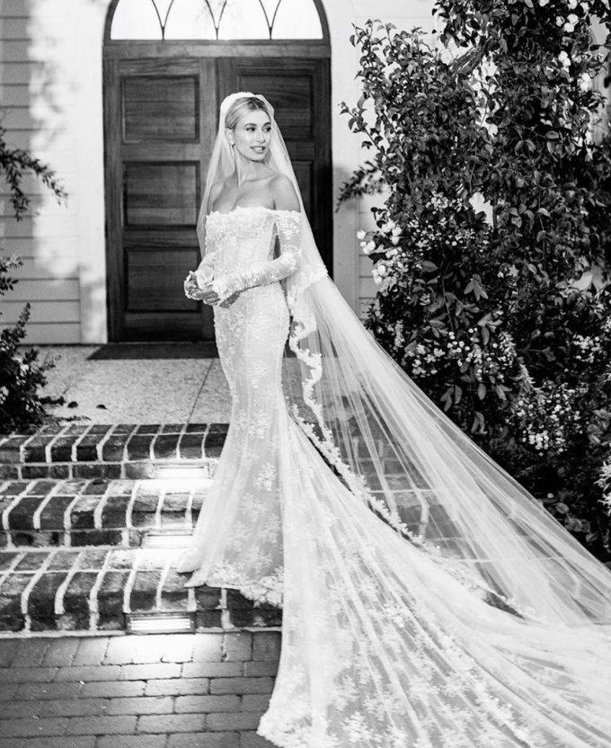 """<p> Váy cưới của Hailey Baldwin được thiết kế bởiVirgil Abloh,CEO và đồng sáng lập của thương hiệu Off White. Hailey gửi lời cám ơn Abloh vì đã tạo nên """"chiếc váy cưới mơ ước tuyệt đẹp"""".</p>"""