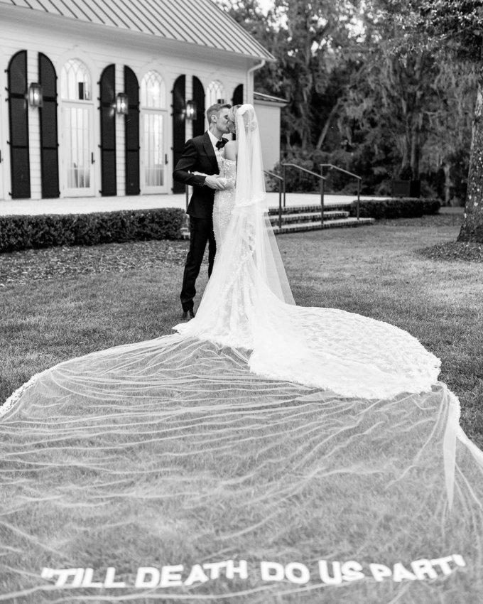 """<p> Bộ ảnh cưới được thực hiện ở khu resortMontage Palmetto Bluff thuộc Nam Carolina (Mỹ). Justin Bieber và Hailey Baldwin trao nhau nụ hôn say đắm. Cô dâu đội voan dài 4m in dòng chữ """"Cho đến khi cái chết chia lìa chúng ta"""".Hailey viết trên Instagram: """"Thứ hai vừa qua quả thực là ngày đặc biệt nhất trong đời tôi"""".</p>"""