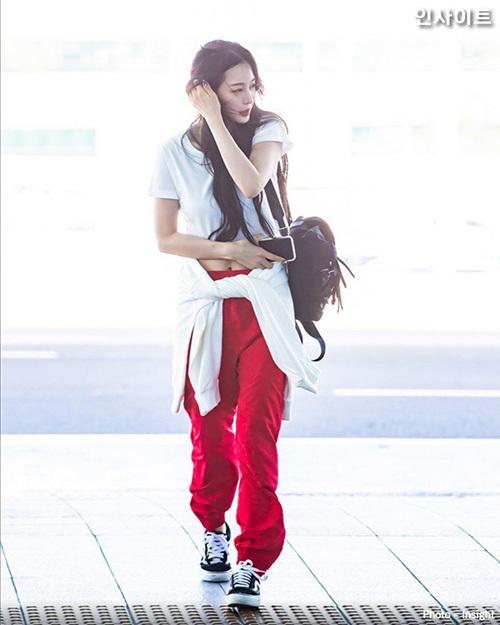 Han Ye Seul khoe vòng eo săn chắc, gu thời trang trẻ trung. Nữ diễn viên 38 tuổi có nhan sắc và hình ảnh biến hóa không hề kém cạnh những thần tượng.