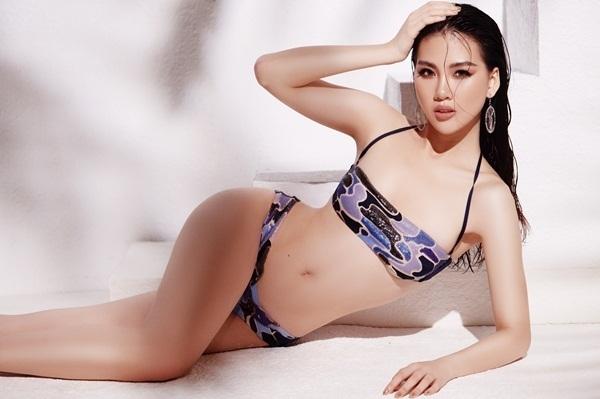 Bikini quây ngực họa tiếtda beo với những khoảng hở táo bạo ở phần eo mang đến sự gợi cảm cho người đẹp Hà thành.