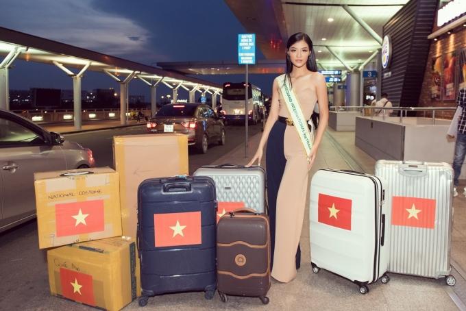 <p> Cômang theo 150kg hành lý, trong đó có 40 bộ trang phục.</p>