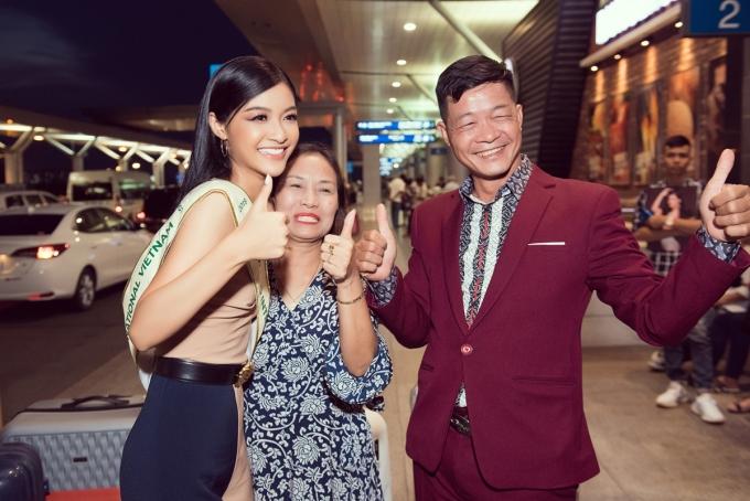 <p> Gia đình của Kiều Loan cũng có mặt tại sân bay để động viên con gái.</p>